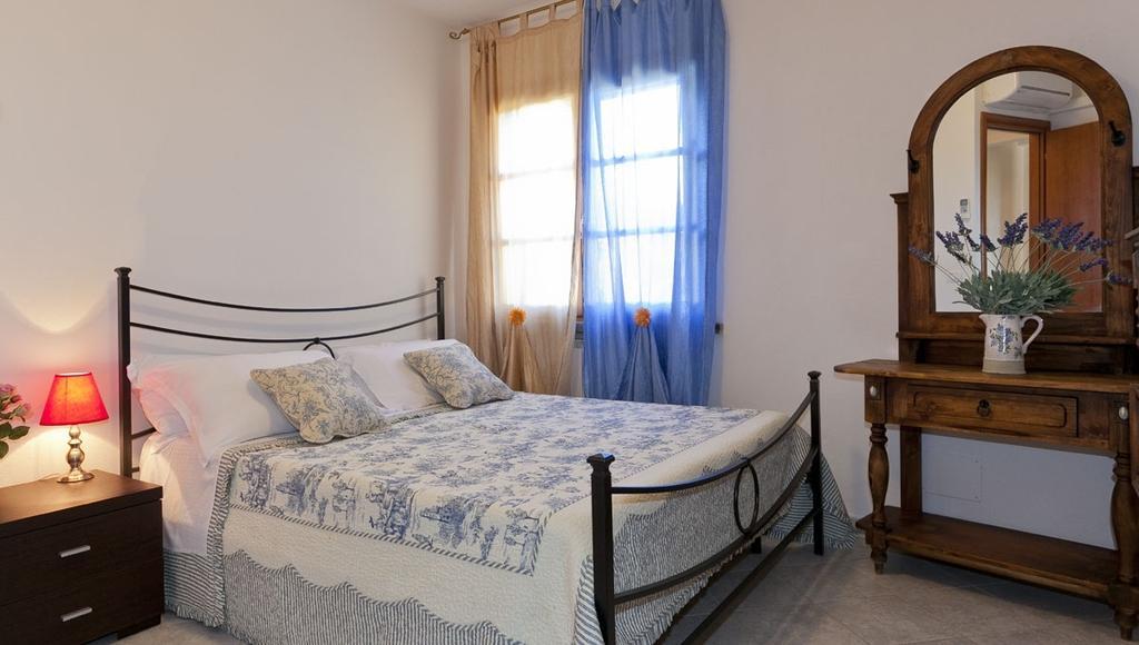 Casa giulio bilocale 4 pers canalini blu - Kitchenette met stoelen ...